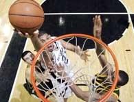 Spurs - Sonics 103:81. Tim Duncan w ofensywnej akcji /AFP
