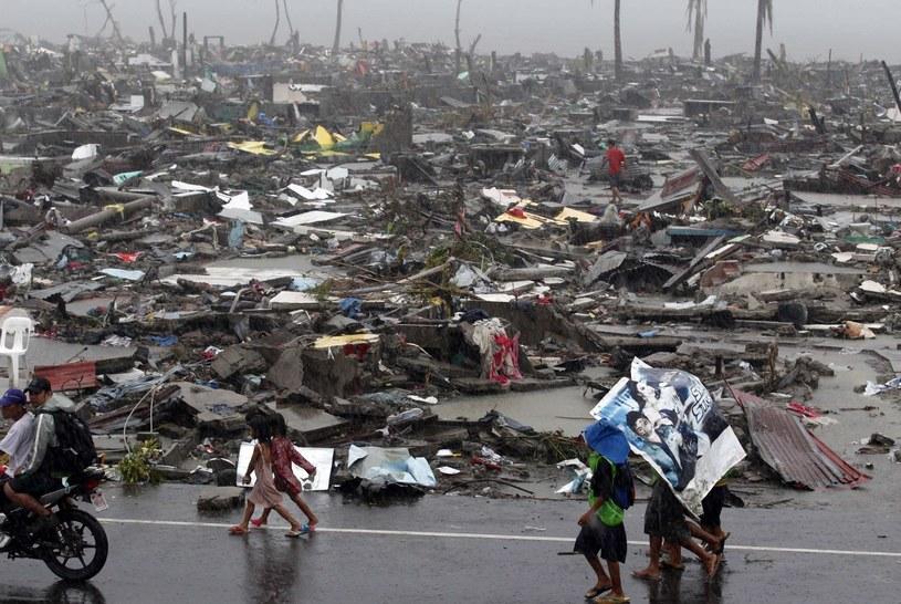 Spustoszone przez tajfun Tacloban /PAP/EPA