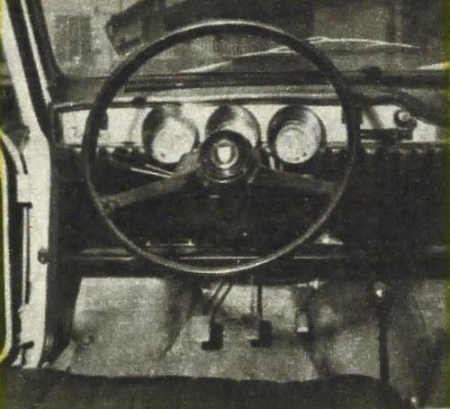 Środkowy ze wskaźników to szybkościomierz, w dwóch wskaźnikach bocznych umieszczono amperomierz, paliwomierz, a u dołu całą masę lampek kontrolnych. Dźwignia hamulca ręcznego położona jest między fotelami. /Motor