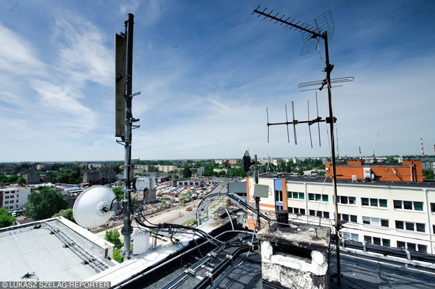 Stacje bazowe telefonii komórkowej to stały element dekoracyjny dachów budynków /Łukasz Szeląg /Reporter
