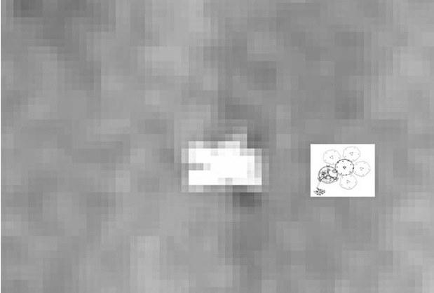 Stack (złożenie) wielu zdjęć z HiRISE pokazujący Beagle 2 wraz z grafiką  prezentującą kształt lądownika po prawidłowym rozłożeniu paneli słonecznych /NASA