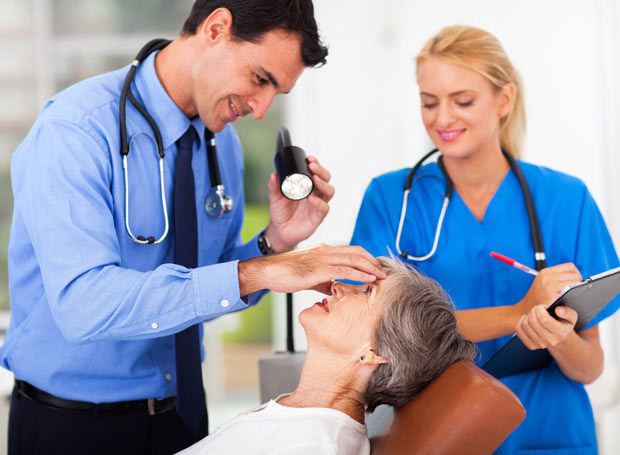 Stale podwyższony poziom glukozy we krwi stopniowo osłabia i uszkadza drobne naczynia krwionośne w oku /Picsel /123RF/PICSEL