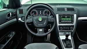 Stan wnętrza Octavii RS potwierdza dobrą jakość wykonania. Po aucie zupełnie nie widać przebiegu. Fabryczna nawigacja jest bardzo dobra. /Motor