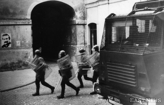 Stan wojenny, ZOMO na ulicach Starego Miasta w Warszawie, 1982. /Danuta Łomaczewska /East News