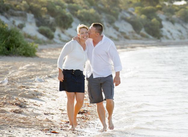 Stan zakochania, fascynacji drugą osobą utrzymuje się od 18 miesięcy do maksymalnie 4 lat /123RF/PICSEL
