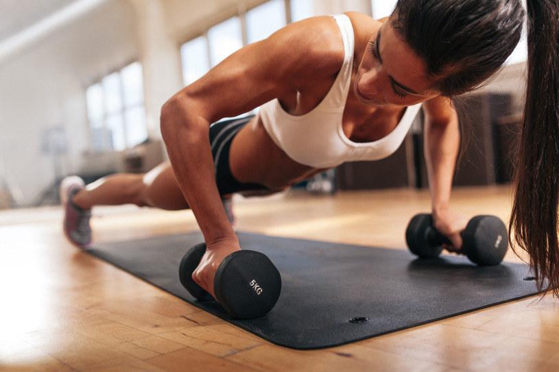 Staniki z fiszbinami, koronki, bielizna z nieoddychającego materiału może wyglądają na tobie sexy, ale podczas ćwiczeń są twoim wrogiem. /©123RF/PICSEL