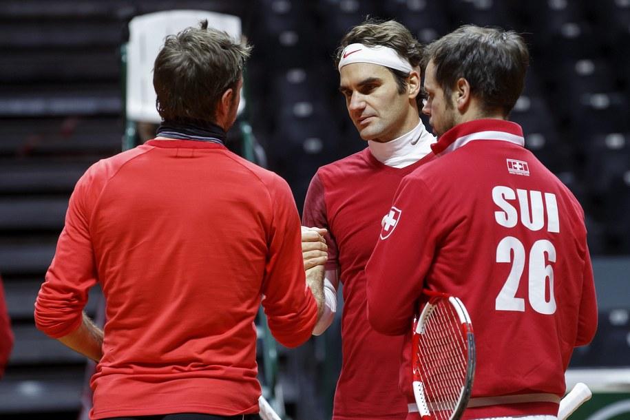 Stanislas Wawrinka (po lewej, tyłem), Roger Federer i kapitan szwajcarskiej drużyny Severin Luethi /SALVATORE DI NOLFI /PAP/EPA