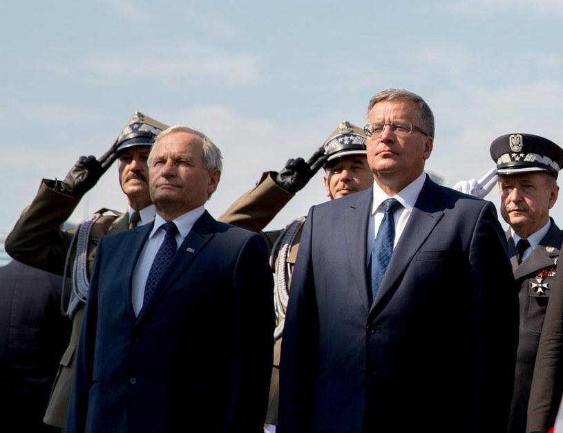 Stanislaw Koziej, szef BBN (po lewej stronie) oraz prezydent Bronisław Komorowski (prawa strona). /Andrzej Iwańczuk /Reporter