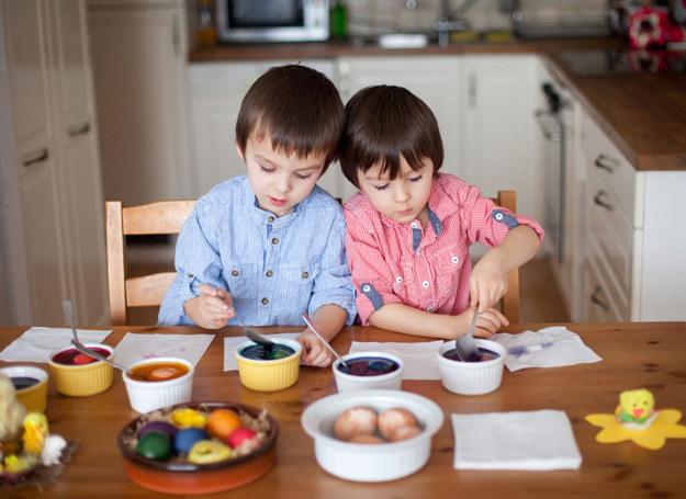 Starajmy się, by nawet małe dzieci uczestniczyły w świątecznych przygotowaniach. /©123RF/PICSEL