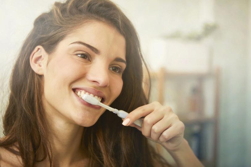 Starajmy się przynajmniej raz w ciągu dnia pracy umyć zęby, najlepiej między godz. 13 a 14, już po obiedzie. /123RF/PICSEL
