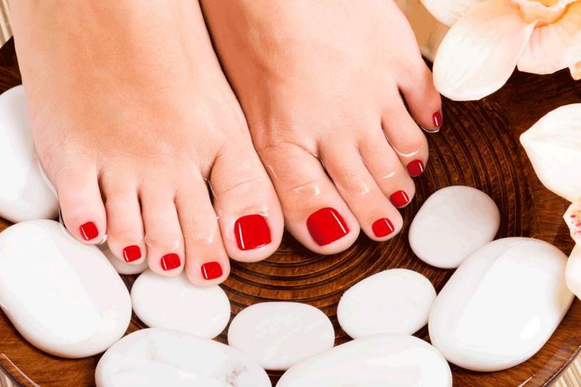 Staranny pedikiur i zabiegi pielęgnacyjne zajmą ci niewiele czasu. Nie zapominaj o nich, gdy włożysz już pełne buty /©123RF/PICSEL
