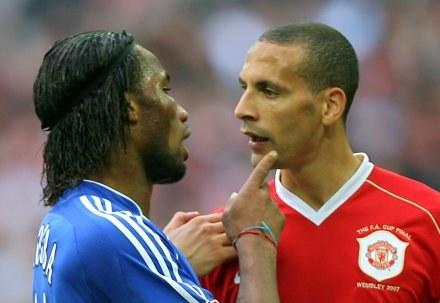 Starć między Didierem Drogbą (z lewej) a Rio Ferdinandem na pewno nie zabraknie /AFP