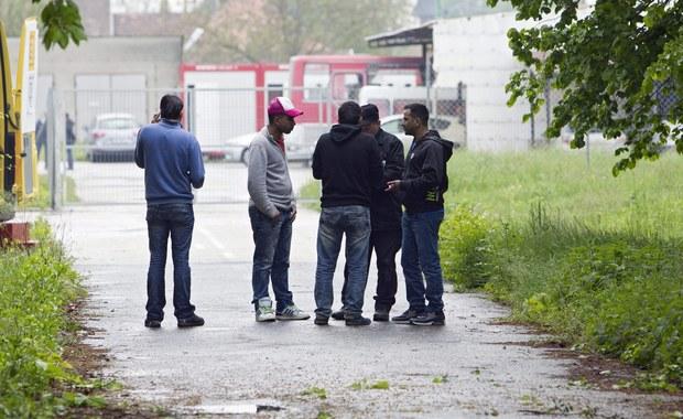 Starcia w Paryżu podczas ewakuacji migrantów. Zakapturzeni manifestanci rzucali race