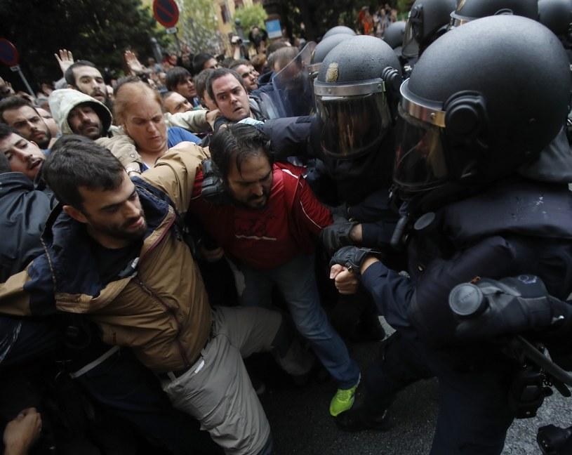 Starcia z policją na ulicach Barcelony /PAP/EPA