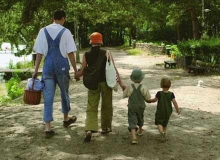 Starsze dziecko należy od początku zaangażować w opiekę nad młodszym, by nie czuło się odrzucone /INTERIA.PL