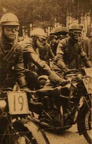 Start do wyścigu motocyklowego w Strudze - 28 kwietnia 1935 r. Z numerem 19 Władysław Ruszkiewicz /Archiwum Tomasza Szczerbickiego
