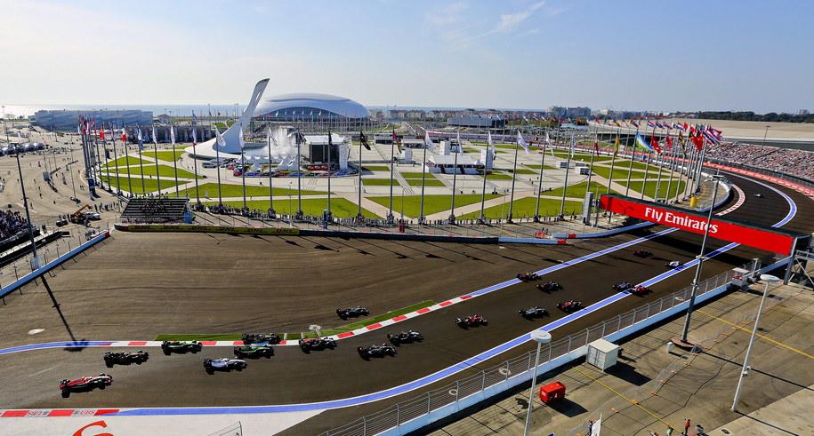 Start wyścigu o GP Rosji na torze w Soczi. W tle widać znicz olimpijski /SRDJAN SUKI /PAP/EPA