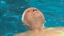 Stary człowiek i basen. 104-letni mistrz pływania