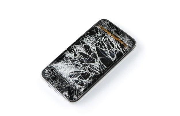 Statystycznie nadal najczęstszym powodem problemów ze smartfonami są uszkodzenia fizyczne - sposobem na ich ograniczenie jest kupno silikonowego bumpera oraz folii na ekran /123RF/PICSEL