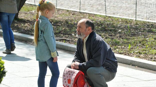 Stefan powie Basi, że jest jego wnuczką. /Agencja W. Impact