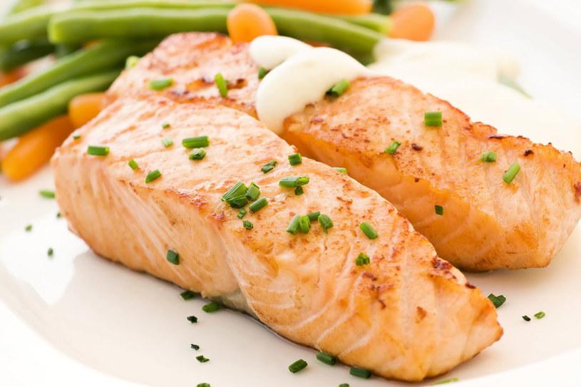 Stek z łososia z ziołami /123RF/PICSEL