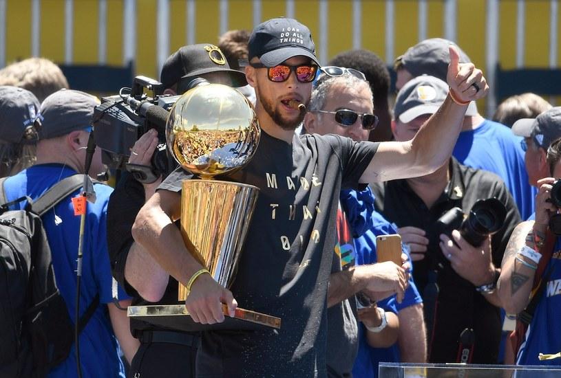 Stephen Curry pozuje z trofeum /AFP