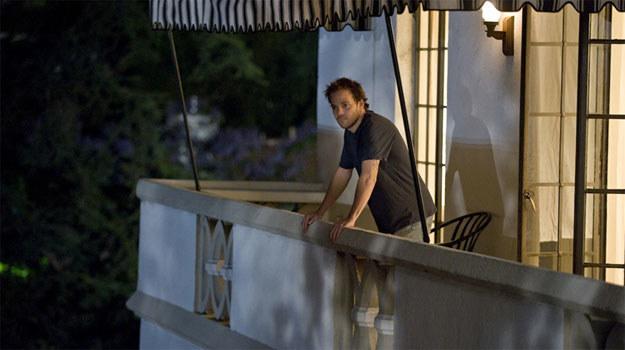 """Stephen Dorff w """"Somewhere. Między miejscami"""" na balkonie Chateau Marmont /materiały dystrybutora"""