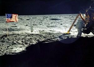 Stephen Hawking namawia do wybudowania bazy na Księżycu