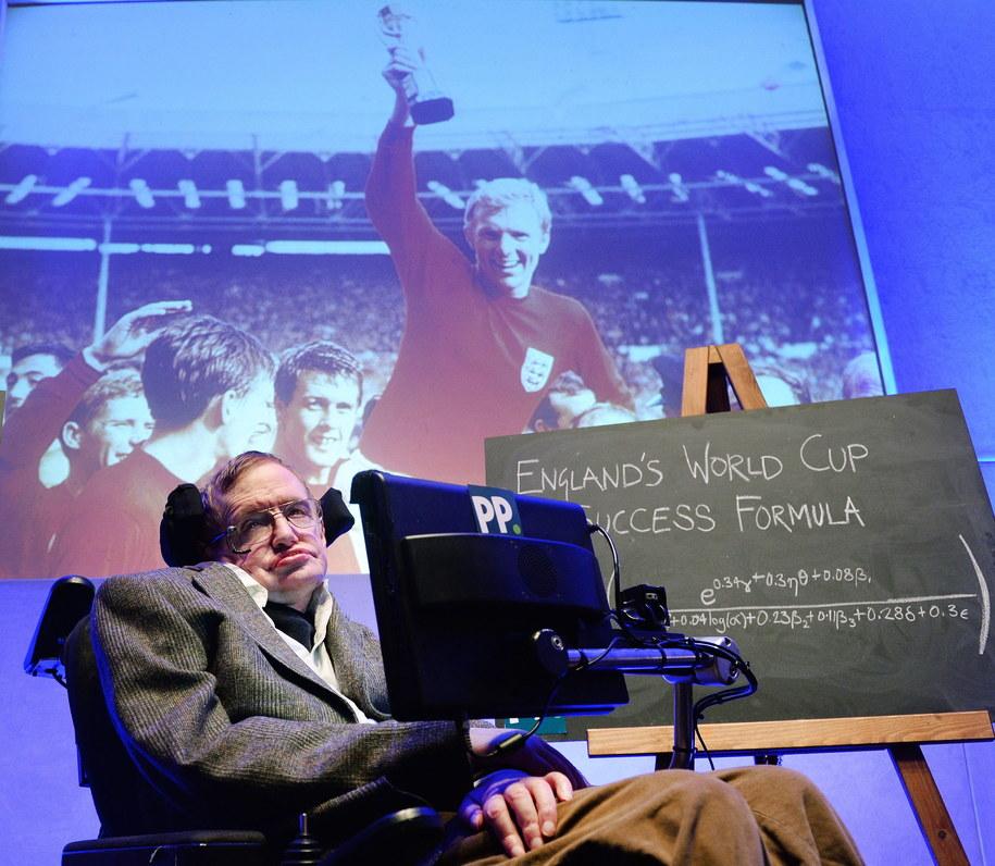 Stephen Hawking prezentuje wyniki swoich obliczeń /ANDY RAIN /PAP/EPA