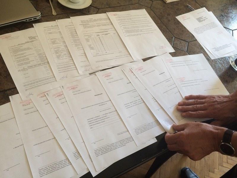 Sterta dokumentów, które muszą uzupełnić uczniowie w składaniu podania o przyjęcie do bursy /Krzysztof Kot /RMF FM