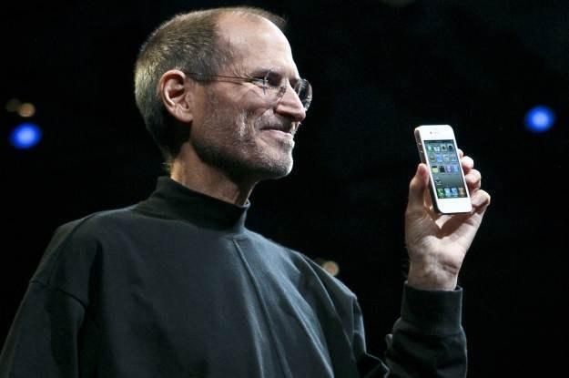 Steve Jobs i jego iPhone 4. Kolejna wersja popularnego smartfona trafi na rynek 21 czerwca /AFP
