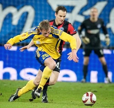 Steve Von Bergen (z prawej, Hertha ) w pojedynku z  Eduardsem Visnakovsem. /AFP