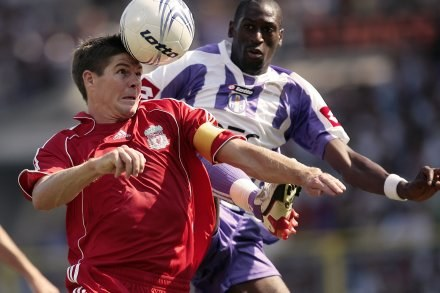 Steven Gerrard w meczu z Toulouse /AFP