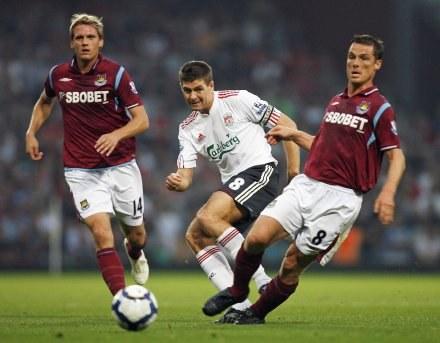 Steven Gerrard (w środku) podczas meczu z West Ham. /AFP