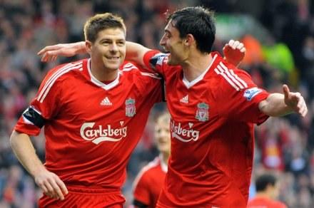 Steven Gerrard (z lewej) i Albert Riera /AFP