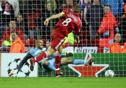 Steven Gerrard zdobywa bramkę dla The Reds. Liverpool-PSV 2:0 /AFP