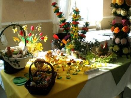 Stoły z Wielkanocnymi smakołykami i ozdobami. /materiały prasowe