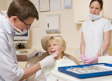 Stomatologa dziecięcego warto odwiedzić, gdy malcowi wyrosną pierwsze ząbki /© Panthermedia