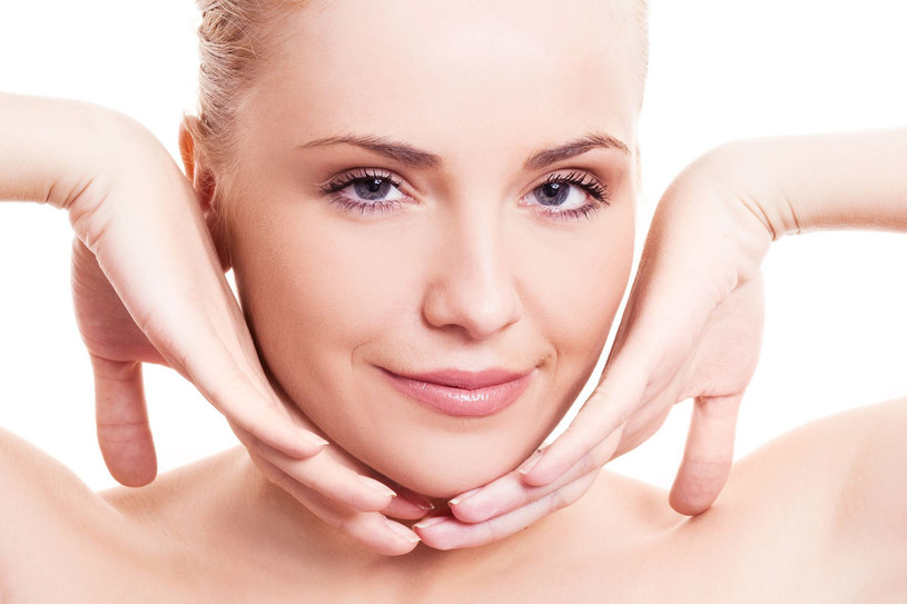 Stosowanie kremów poprawiających owal nie przyniesie oczekiwanych efektów bez masażu twarzy /123RF/PICSEL