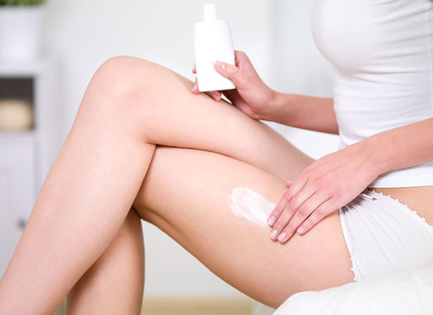 Stosowanie odpowiednich kosmetyków podziała kojąco na wysuszoną skórę /©123RF/PICSEL