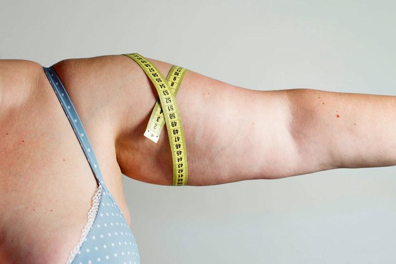 Stosuj masaże i kremy ujędrniające. W końcu zauważysz efekty! /©123RF/PICSEL