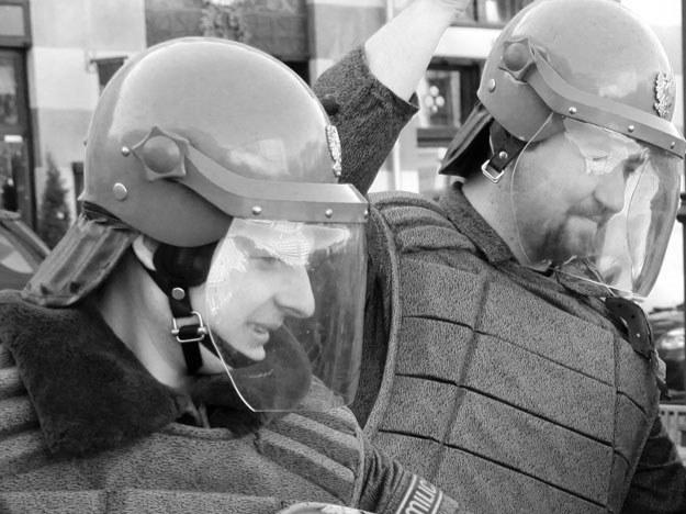 Strajk stłumiło ZOMO (zdjęcie ilustracyjne - na fotografii grupa rekonstrukcyjna w mundurach z epoki) /Agencja FORUM