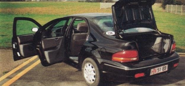 Stratus jest obszerną 5-miejscową limuzyną ze sporym bagażnikiem. /Motor