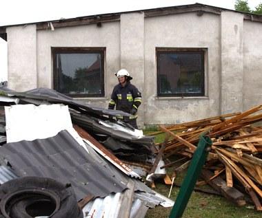 Strażacy ciągle pracują nad usunięciem skutków nawałnic. 75 tys. odbiorców bez prądu