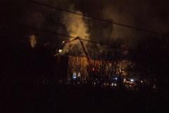 Strażacy dogaszają ogień w klasztorze w Alwerni