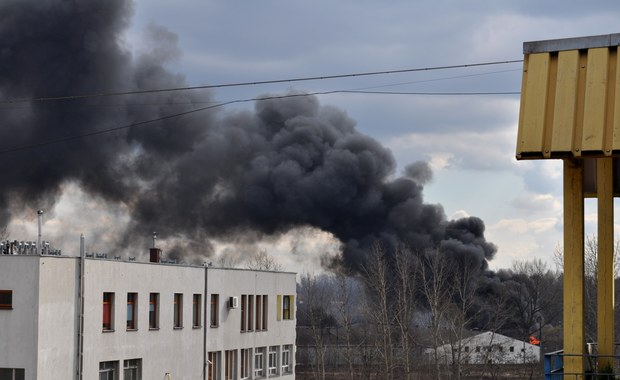 Strażacy dogaszają składowisko odpadów w Sosnowcu