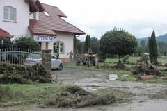 Strażacy i mieszkańcy Kasinki Małej sprzątają po ulewie