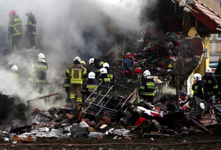 Strażacy na miejscu wybuchu i pożaru budynku w Łomiankach /PAP/Tomasz Gzell /PAP