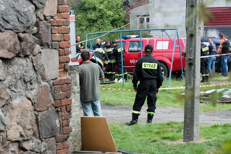 Strażacy na miejscu wypadku w gospodarstwie rolnym we wsi Karczówka /Lech Muszyński /PAP