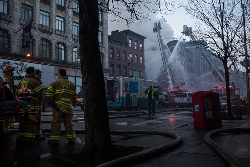 Strażacy nadal są na miejscu zdarzenia /AFP